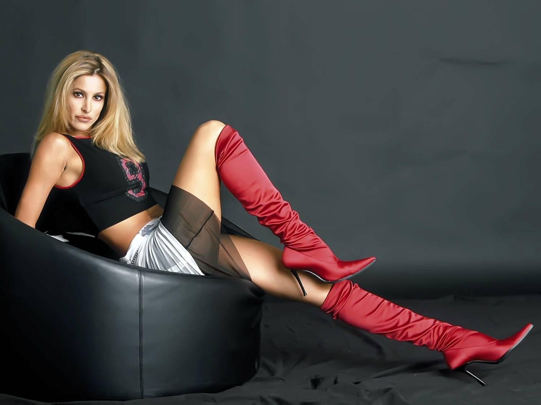 Фото женщины в высоких сапогах на каблуках