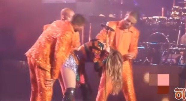 Jennifer Lopez resta piegata durante lo show: non riesce a rialzarsi dopo il casquet